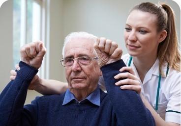 медсестра помогает пожилому мужчине восстановиться после инсульта