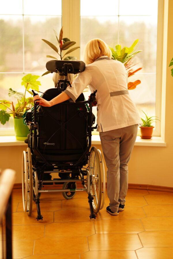 медсестра оказывает заботу постояльцу в недорогом хосписе в киеве