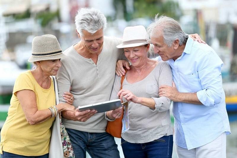 группа пожилых туристов