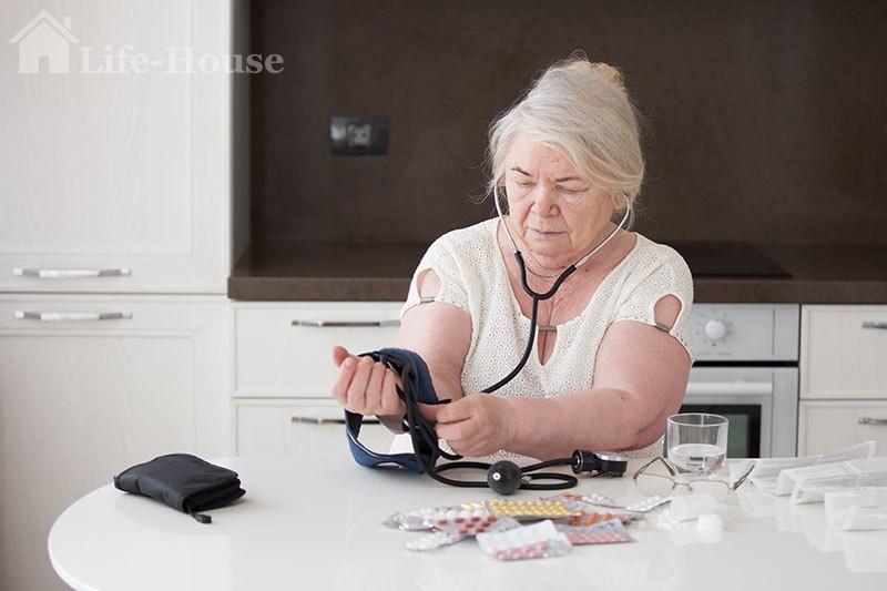 женщина использует габаритный тонометр