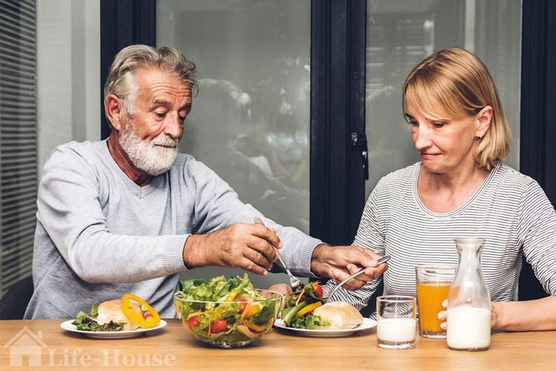 на столе расположена здоровая полезная пища