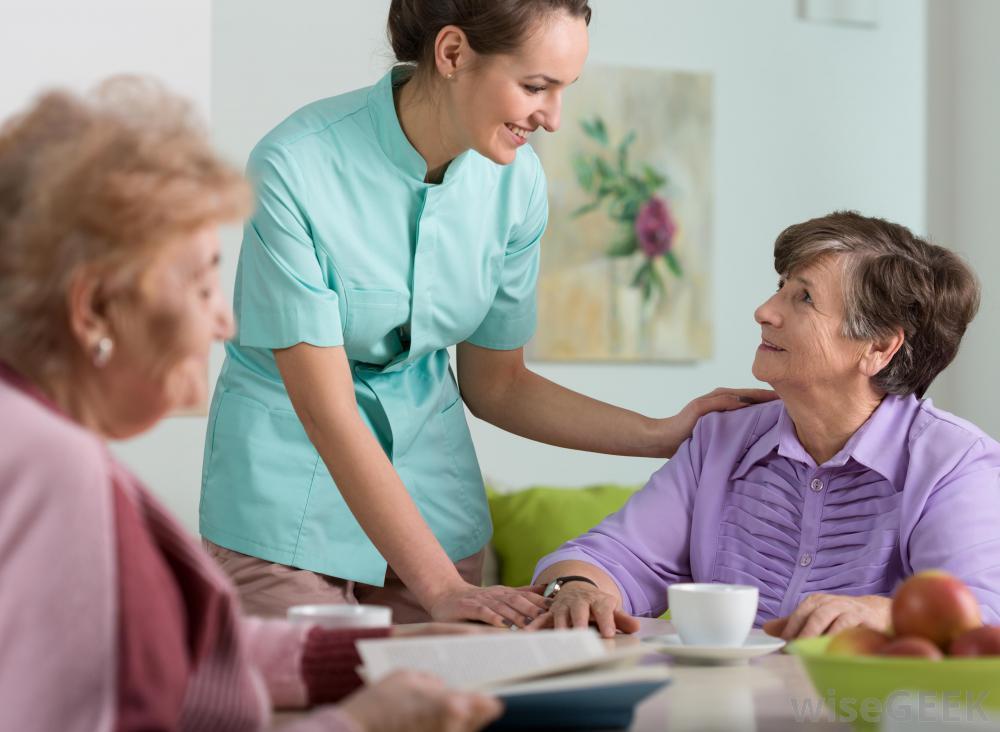 медсестра заботится о женщине, перенесшей инсульт