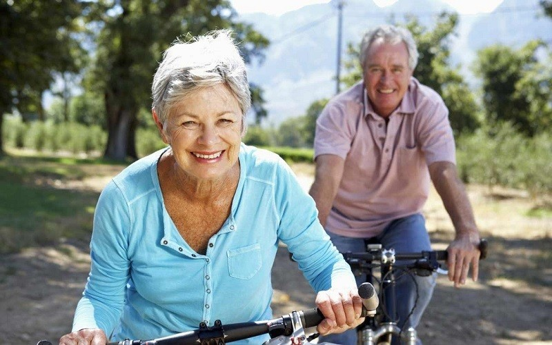 пожилая пара на велосипедах