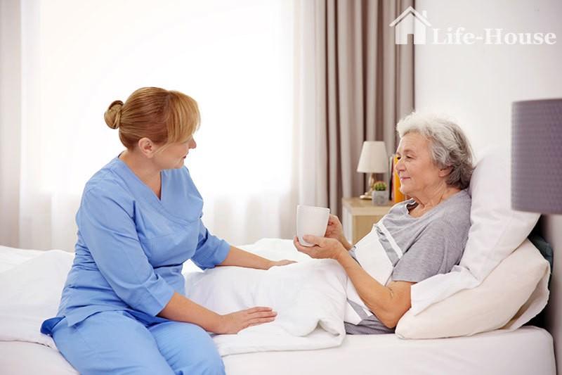 пожилая женщина получает квалифицированную помощь