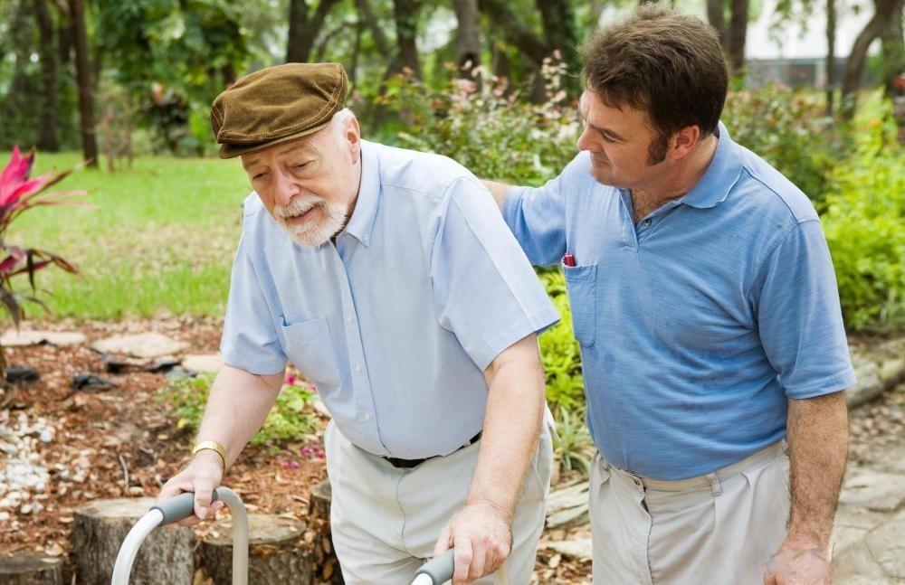 пожилой мужчина и сын на прогулке