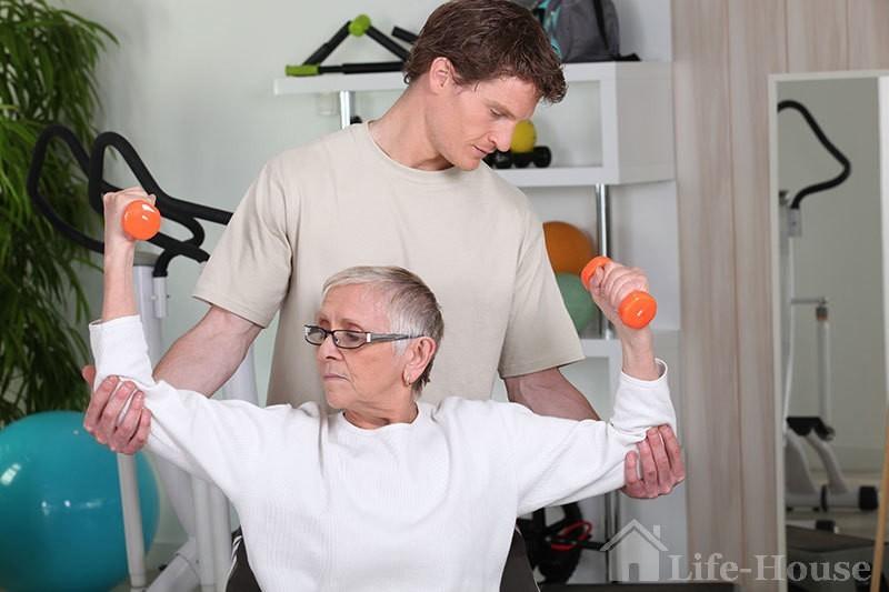 женщина проходит реабилитацию после инсульта