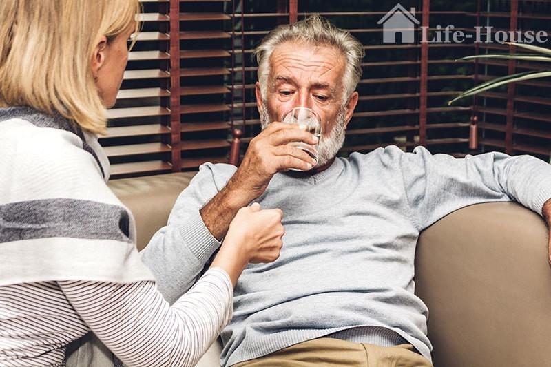 мужчина принимает необходимые при сердечной недостаточности препараты