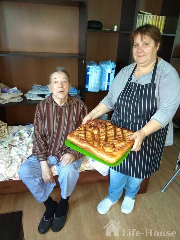 постоялец и работник пансионата с пирогом