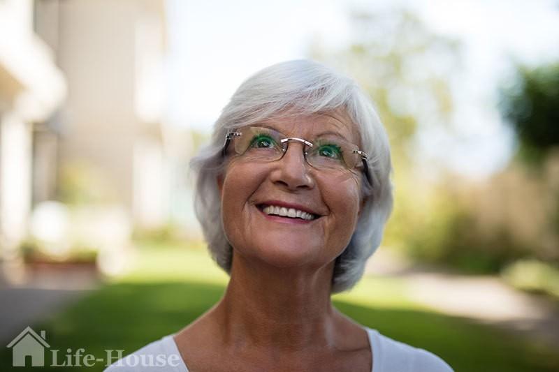пожилая женщина с седыми волосами