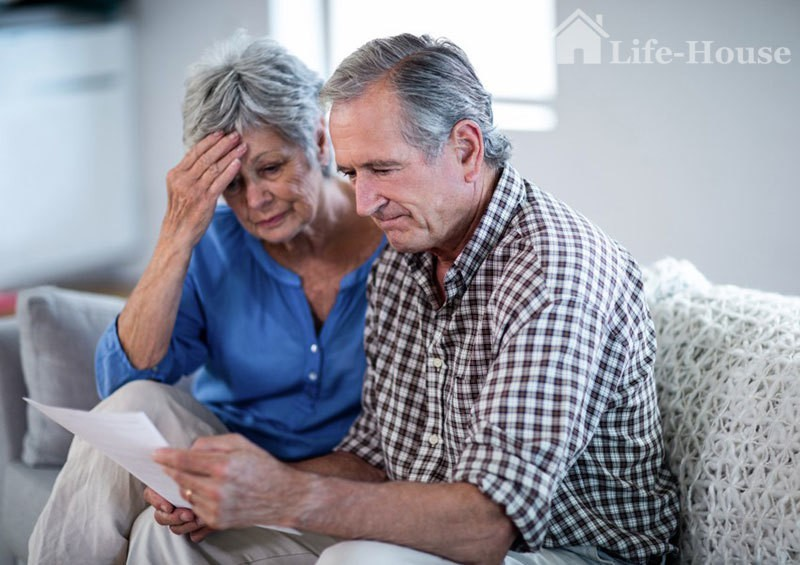 пожилая пара читает документ