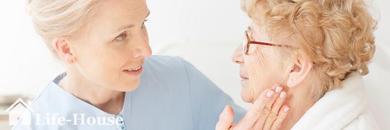 женщина с диагнозом паркинсона получает професиональную помощь