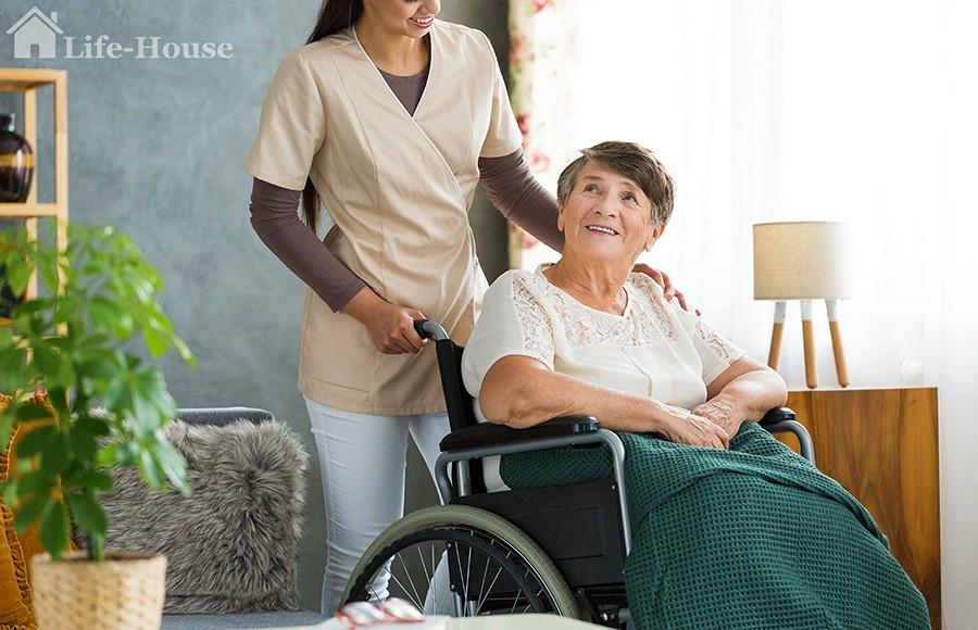 пожилая женщина и сиделка