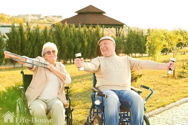 счастливая пожилая пара в частном доме престарелых