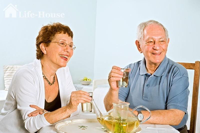 пожилая пара пьет травяной чай как средство от запоров