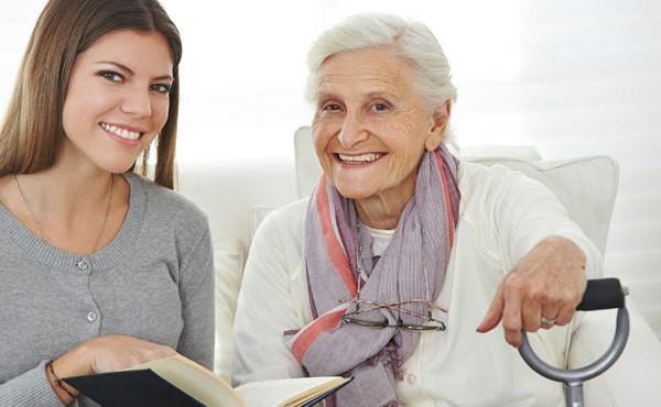 внучка читает бабушке книгу
