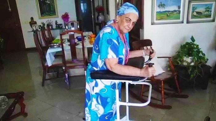 пожилая женщина с приспособлением для передвижения