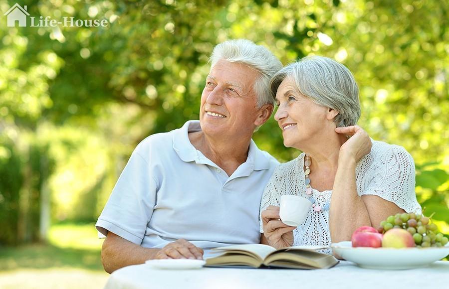 пожилая пара на летней терассе