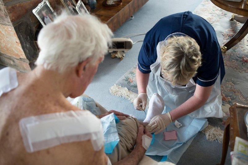 пожилой мужчина получает медицинскую помощь