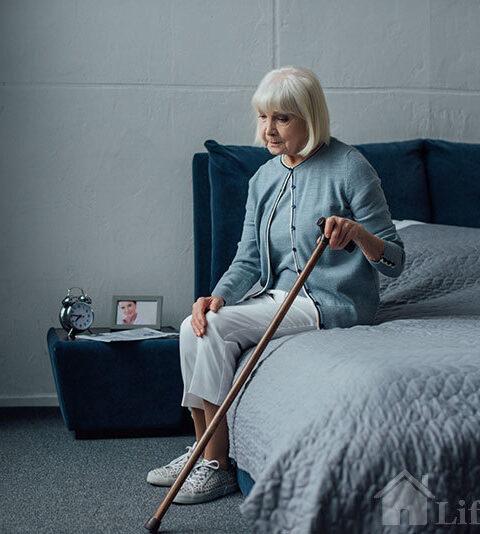 пожилая женщина восстанавливается после перелома шейки бедра