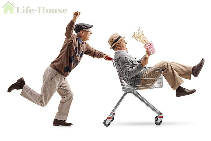 двое пожилых мужчин дурачатся в супермаркете