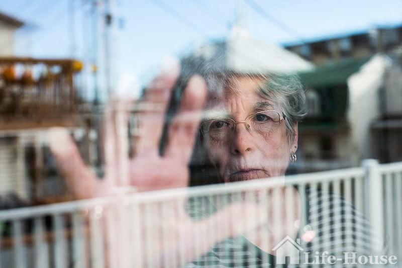 пожилая женщина, страдающая деменцией