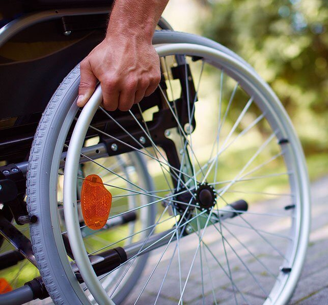 людина на інвалідному візку