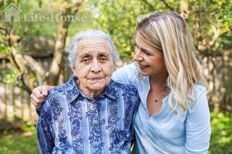 пожилая женщина несмотря на деменцию чувствует себя хорошо благодаря заботе близких