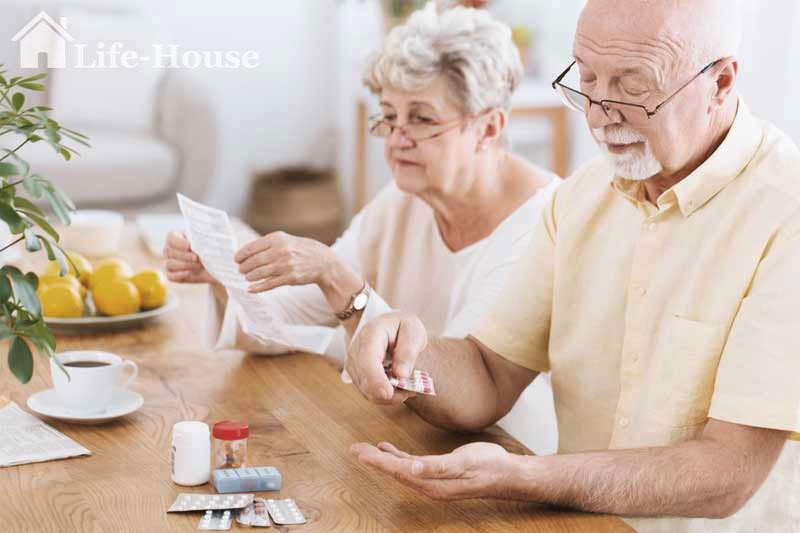 мужчина принимает препараты, улучшающие стул