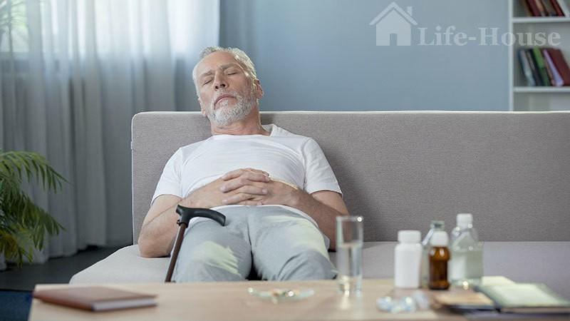 мужчина спит после приема лекарств
