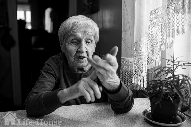 женщина-постоялец государственного дома престарелых