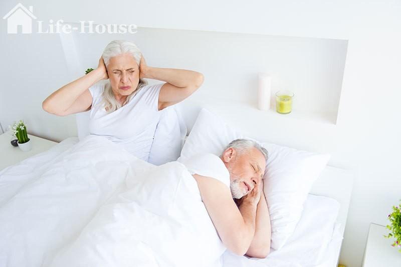пожилая женщина не может уснуть