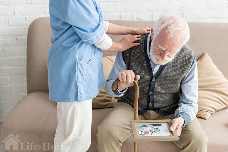 профильный специалист оказывают помощь человеку, который столкнулся со старческим склерозом