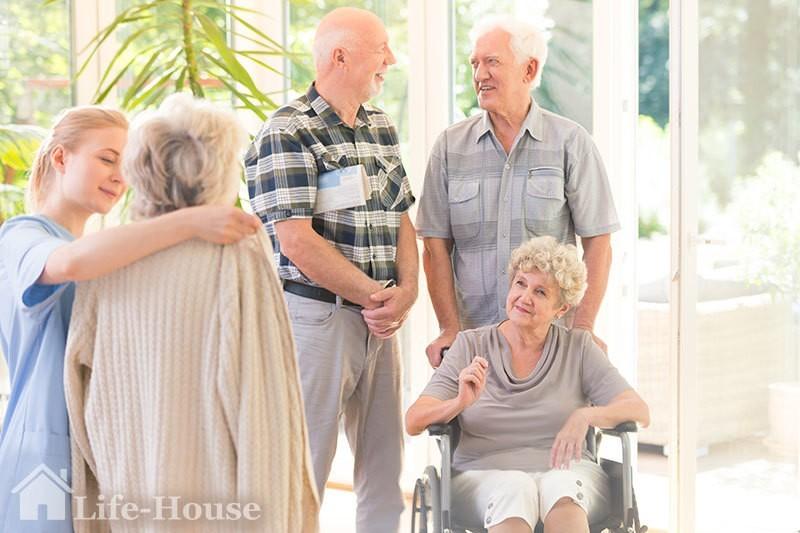 пожилые люди в частном доме престарелых