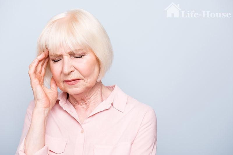 женщина испытывает симптомы высокого давления