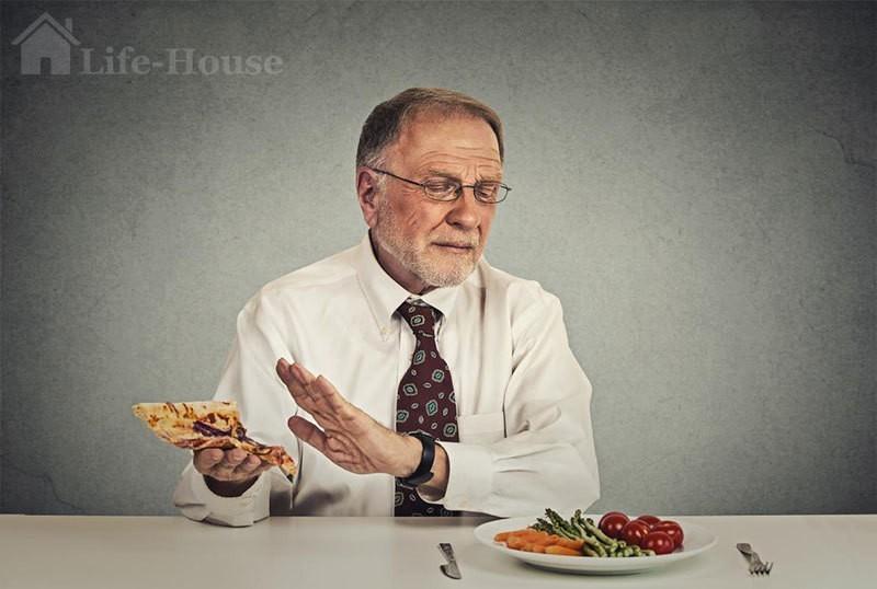 пожилой человек отказывается от фас-фуда в пользу здорового питания