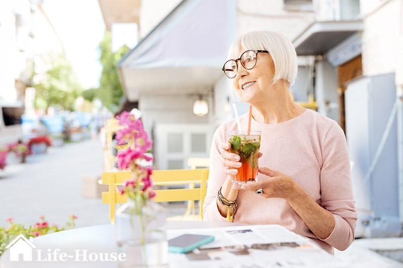 женщина принимает полезный напиток, стабилизирующий уровень давления