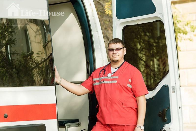 медпрацівник біля автомобіля для перевезення