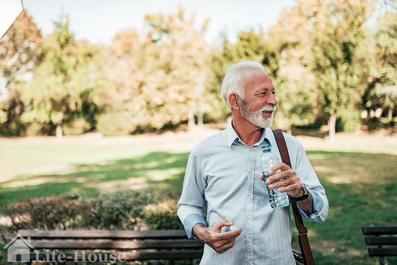 мужчина пьет воду из бутылки, которую всегда имеет при себе