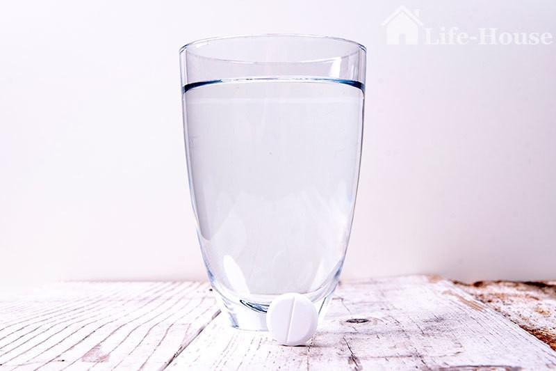 стакан с водой и таблетка