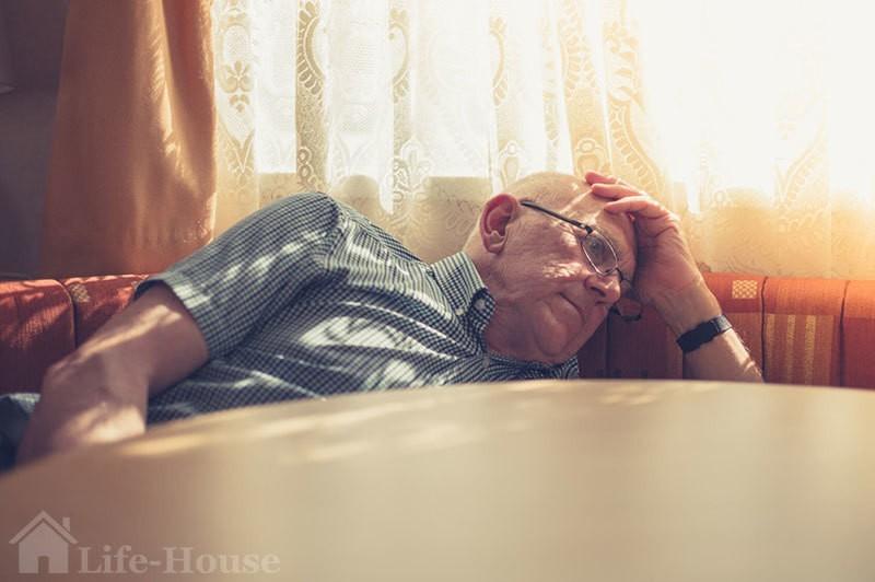 пожилой мужчина утомлен проявлениями старческого слабоумия