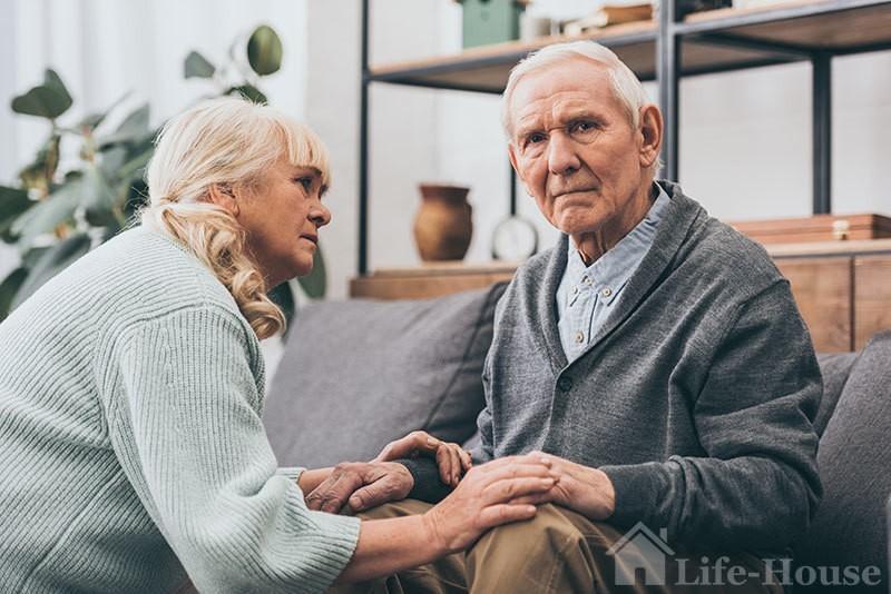 пожилой мужчина, который нуждается в уходе