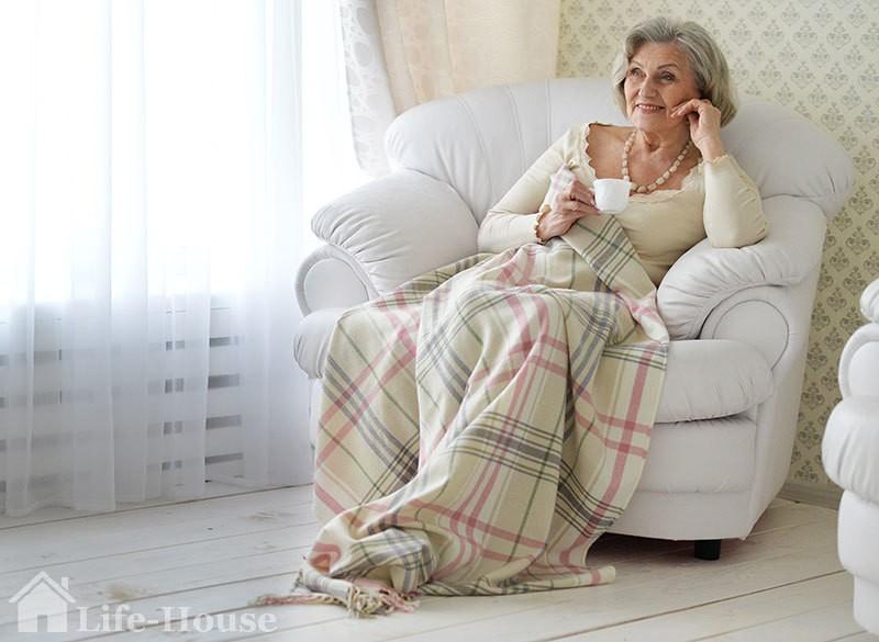 женщина, довольная пребыванием в частном доме престарелых