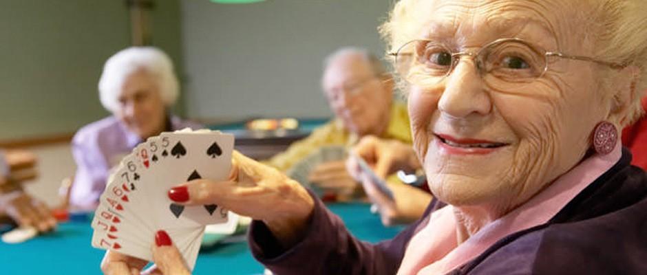 пожилые люди играют в карты