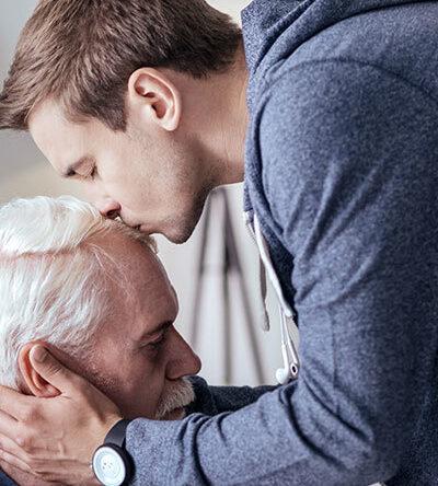 пожилой мужчина с деменцией и его любящий сын