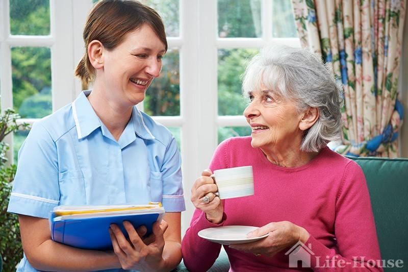 две женщины, в руках одной из них папки с документами