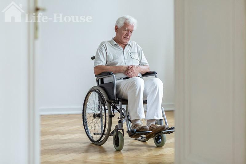 мужчина на инвалидном кресле