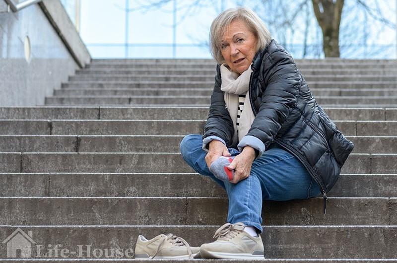 женщина, страдающая отеком ног