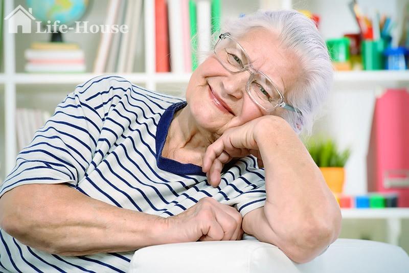 счастливая бабушка в частном доме престарелых