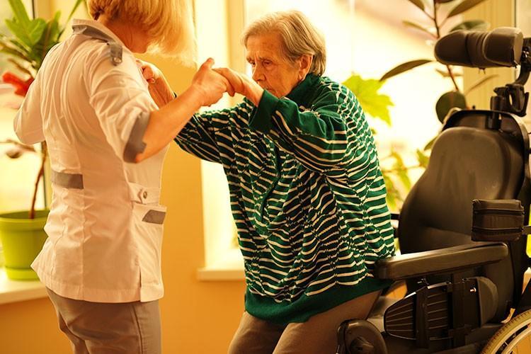 заботливая сиделка в частном пансионате для престарелых