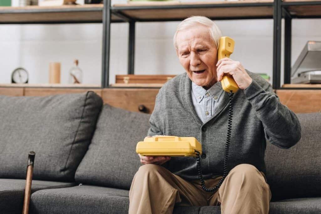 чоловік, які страждає альцгеймера, приклав телефону слухавку до вуха іншим боком